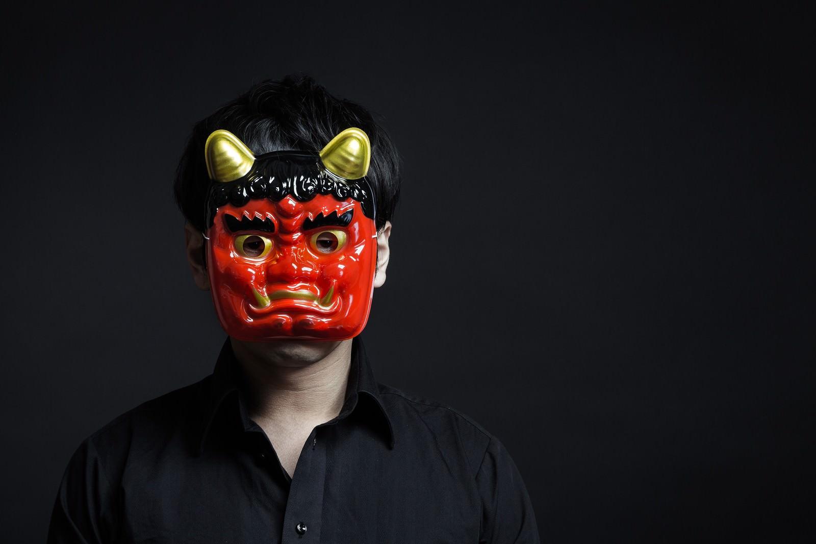 「鬼の形相で行く手を阻むオーガ」の写真[モデル:大川竜弥]