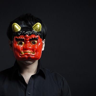 「鬼の形相で行く手を阻むオーガ」の写真素材
