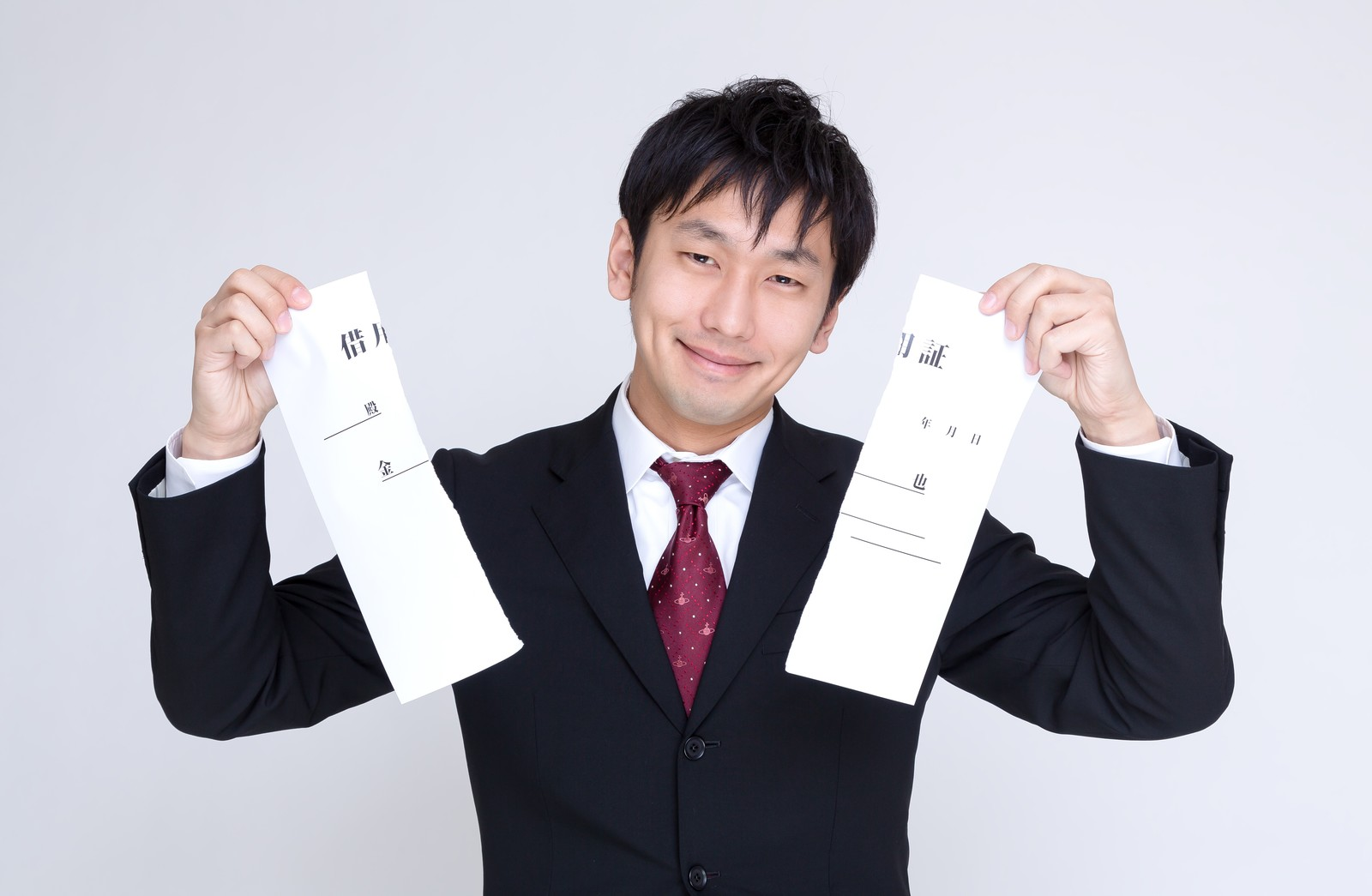 「完済して借用証を破棄する男性」の写真[モデル:大川竜弥]