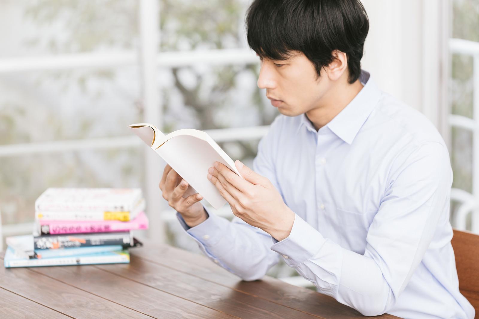 「積ん読を処理する非読書家積ん読を処理する非読書家」[モデル:大川竜弥]のフリー写真素材を拡大