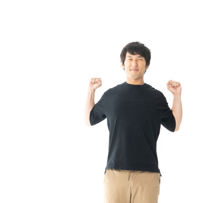 伸びをする男性の写真