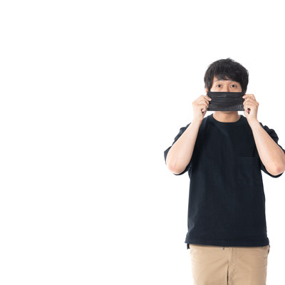 顔出しNGの黒マスクマンの写真