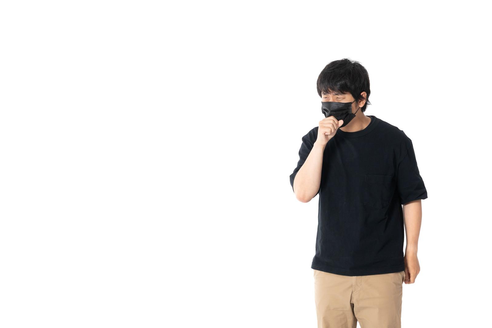 「黒マスクをしながら咳をする」の写真[モデル:大川竜弥]