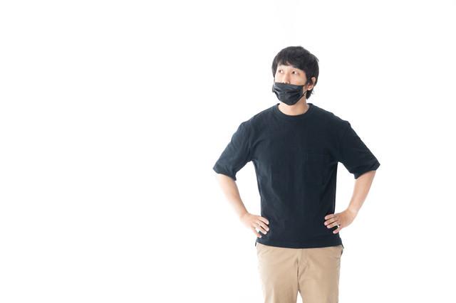 マスクで顔を隠す男性の写真