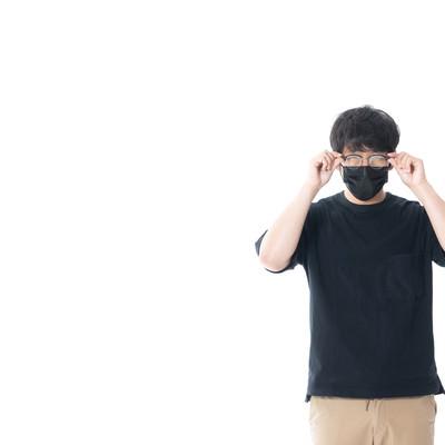 マスクをしながら眼鏡をかけるの写真