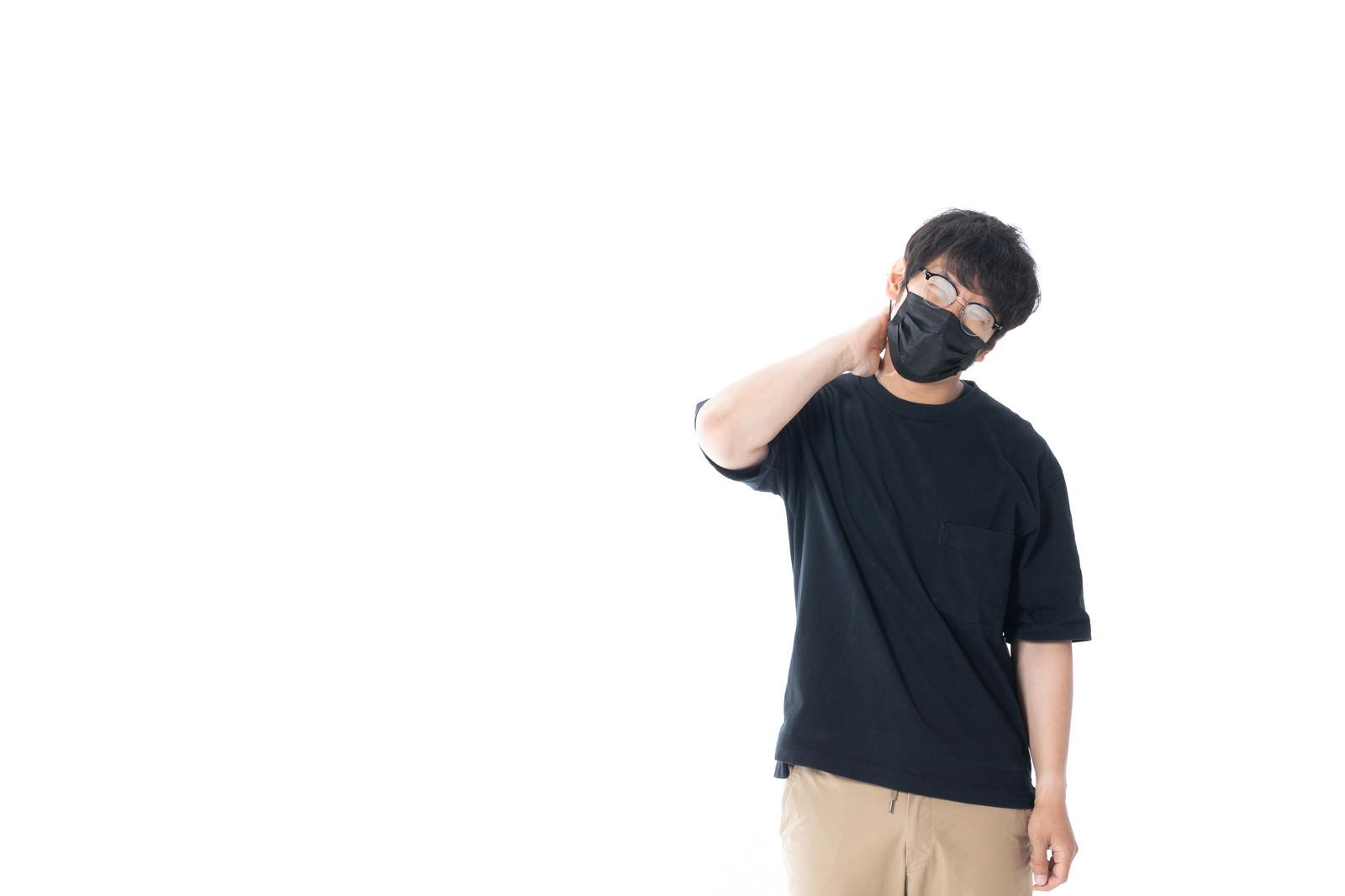 「マスクをしながら眼鏡をすると曇って見えない」の写真[モデル:大川竜弥]