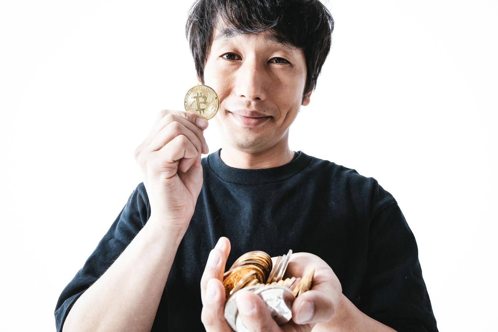「ビットコインのハイレバで大儲けした男性」の写真[モデル:大川竜弥]