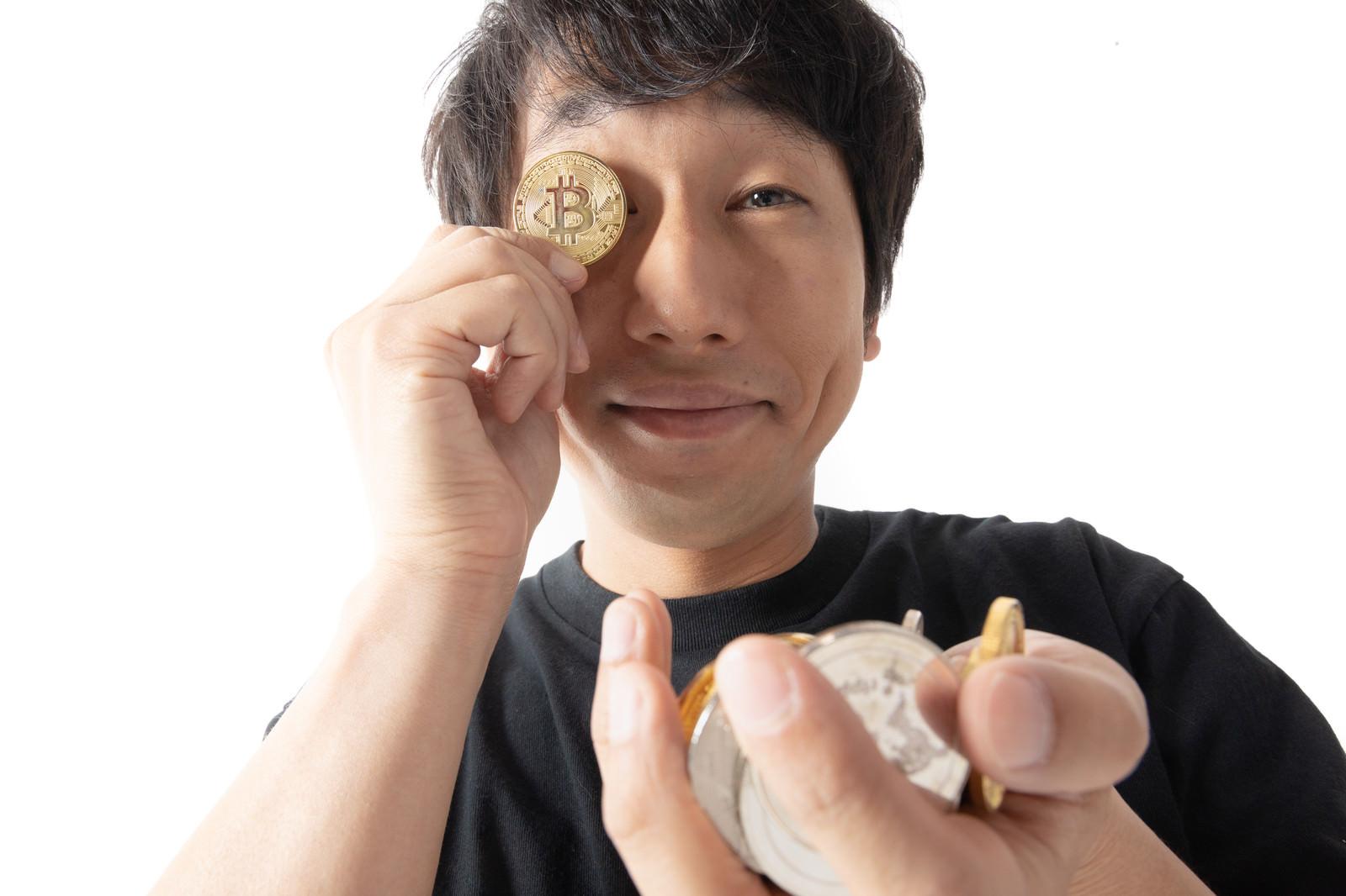 「ビットコインに夢中の男性」の写真[モデル:大川竜弥]