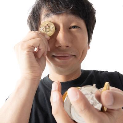 ビットコインに夢中の男性の写真