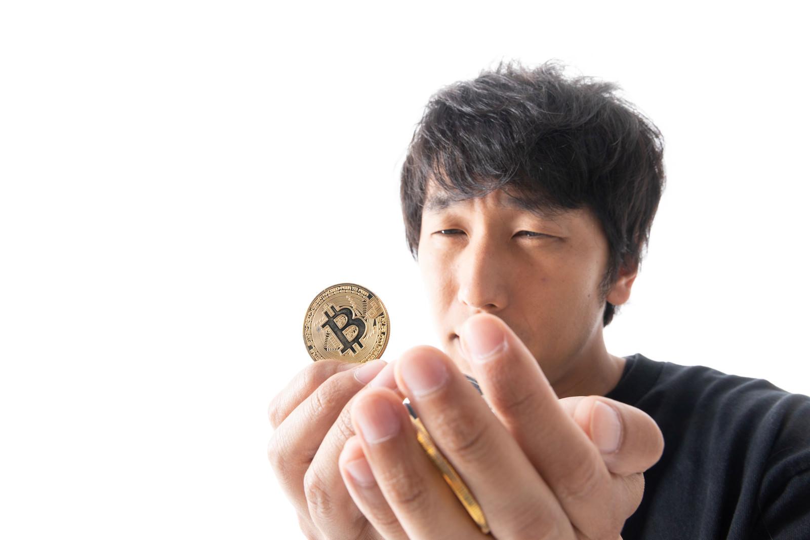 「ビットコインを全力買いする男性」の写真[モデル:大川竜弥]