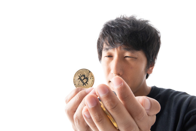 ビットコインを全力買いする男性の写真