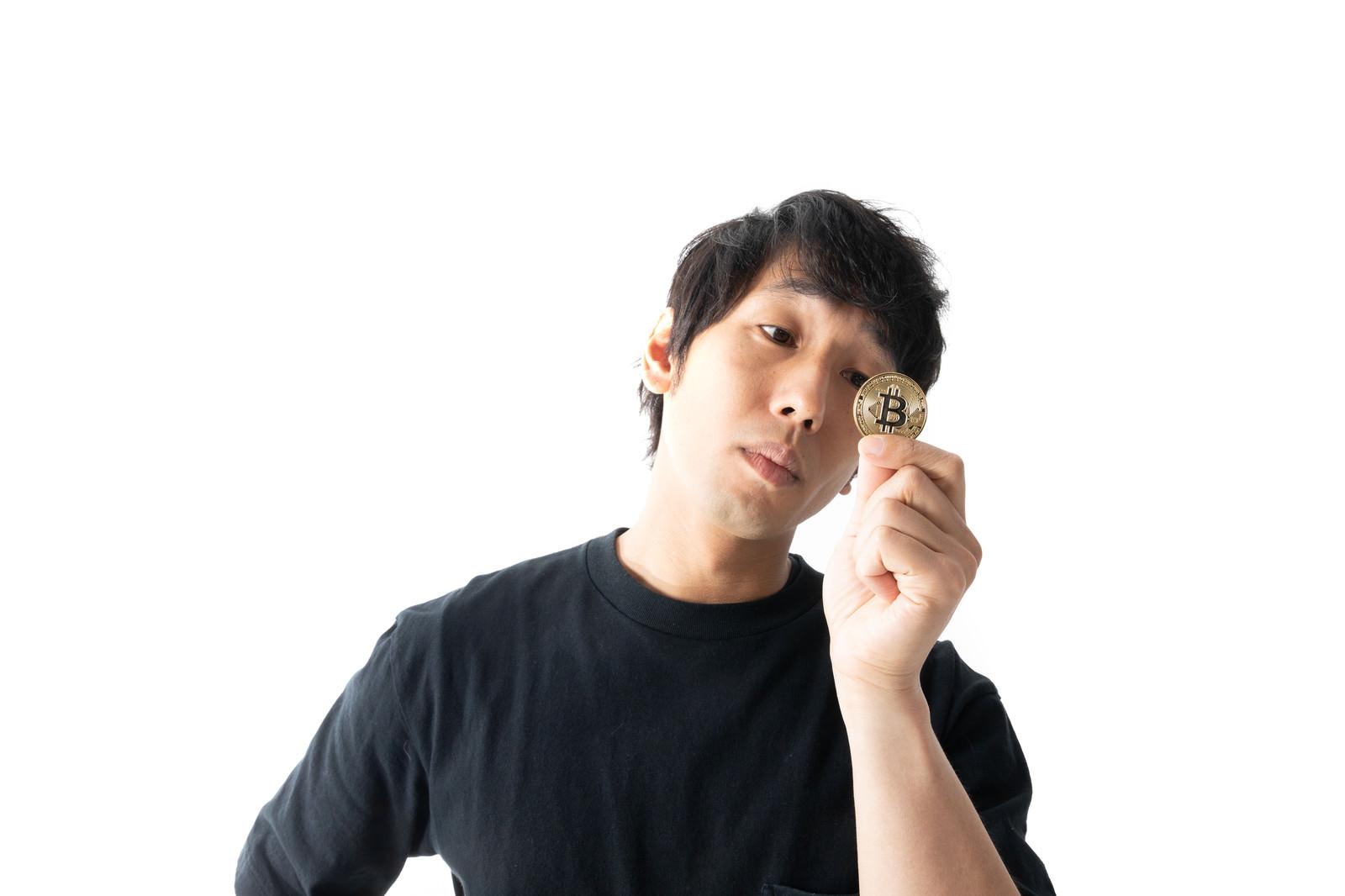 「暗号資産の魅力に取り憑かれる男性」の写真[モデル:大川竜弥]