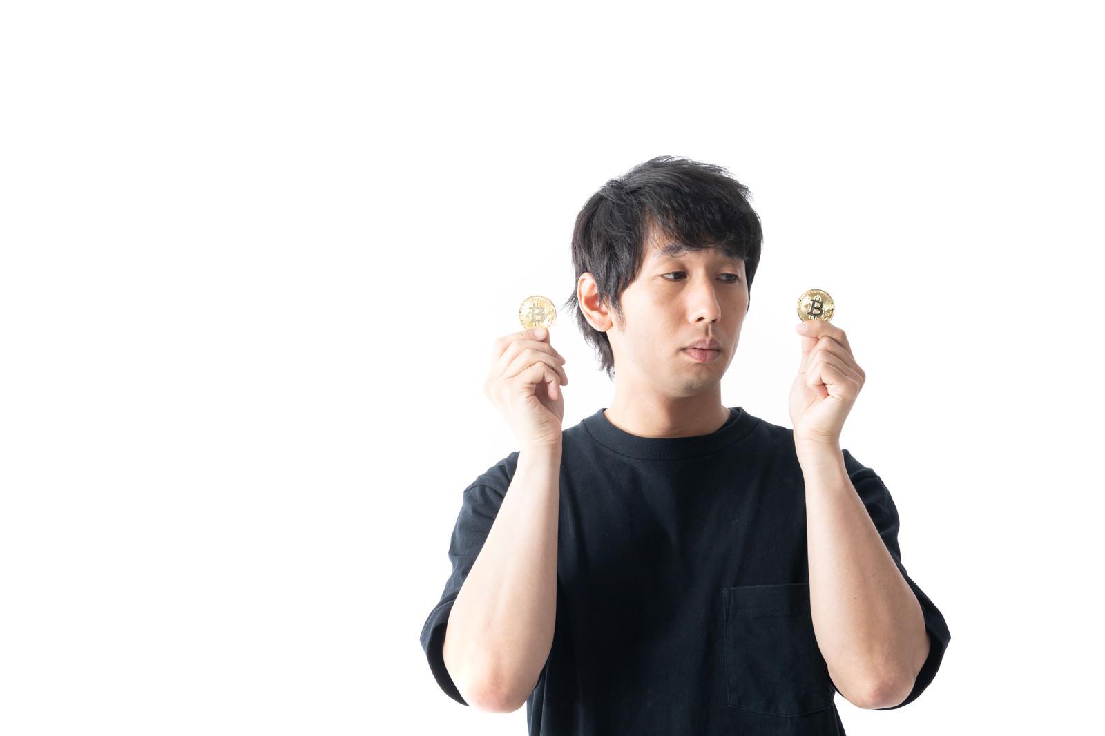 「ビットコインを手に入れたけど不安しかない男性」の写真[モデル:大川竜弥]