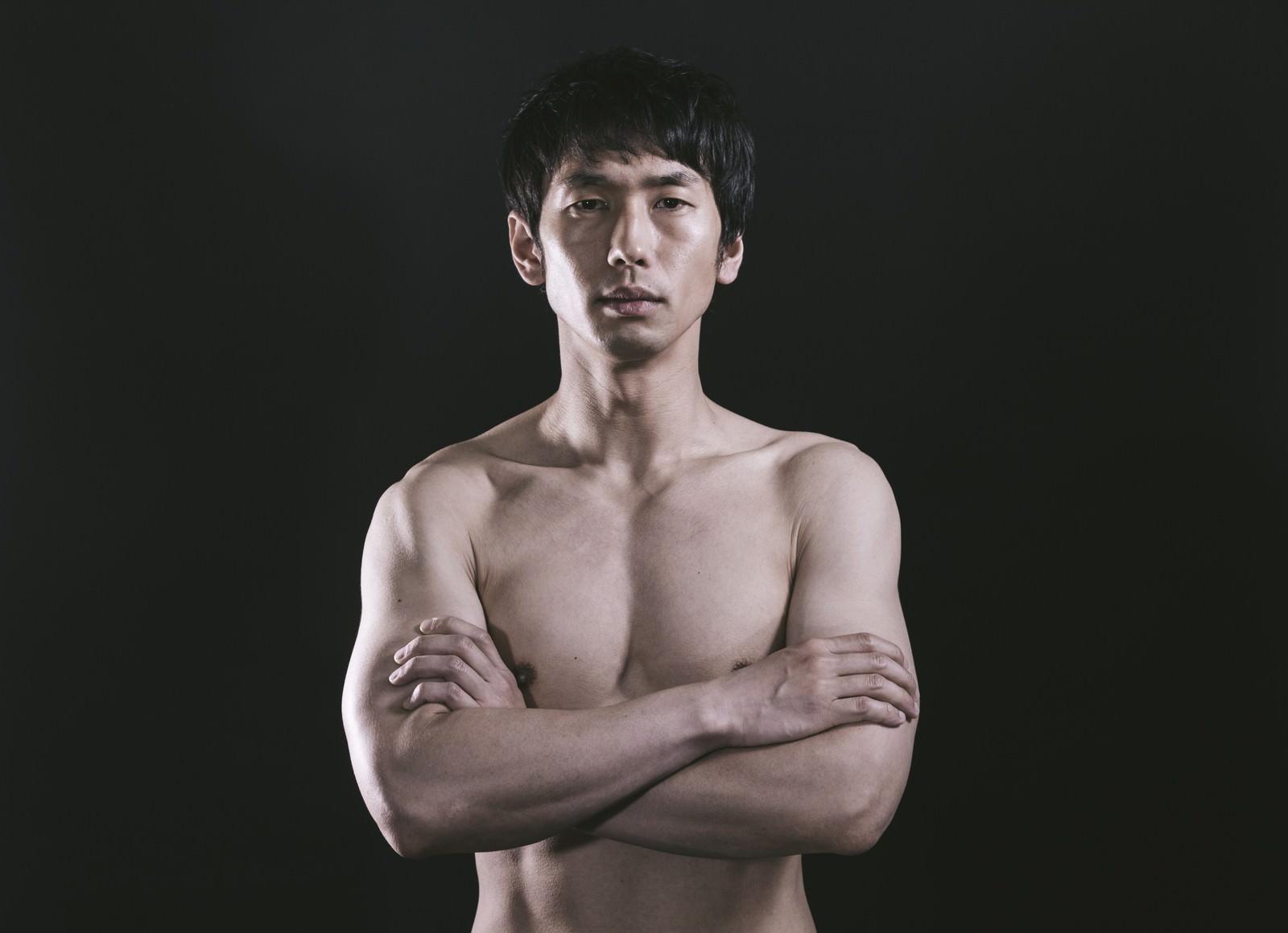 「上裸でポーズをキメるラーメン屋の店主」の写真[モデル:大川竜弥]