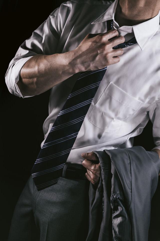 「上腕の血管をアピールするやり手の営業マン」のフリー写真素材