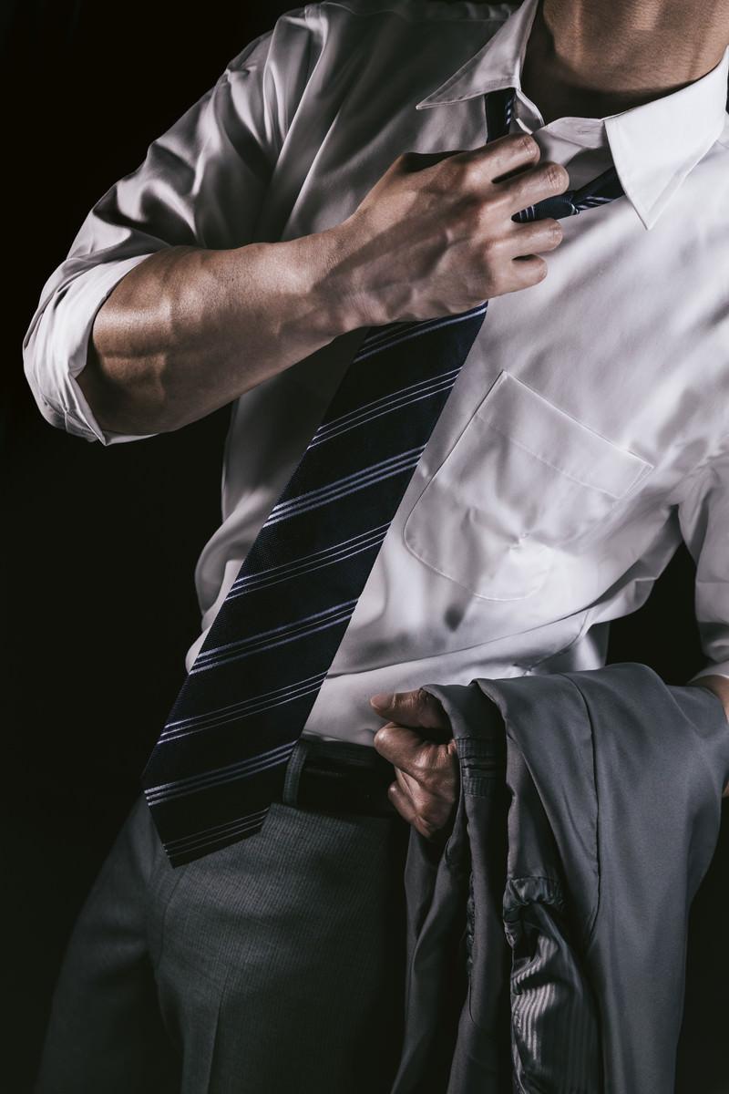 「上腕の血管をアピールするやり手の営業マン」の写真[モデル:大川竜弥]