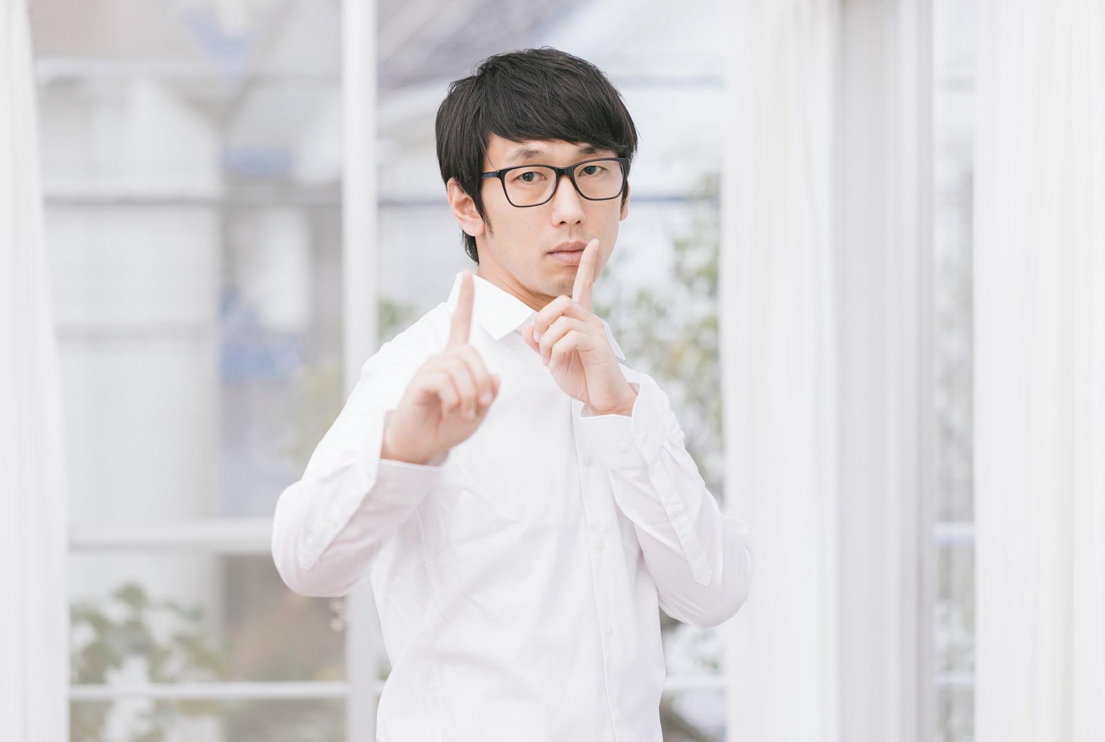 「無表情で恋のダンスを踊る男性」の写真[モデル:大川竜弥]