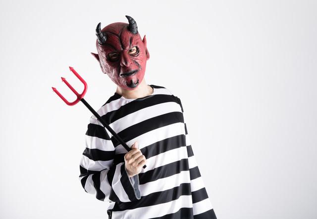 サードウェーブ系男子のファッションを取り入れた悪魔の写真