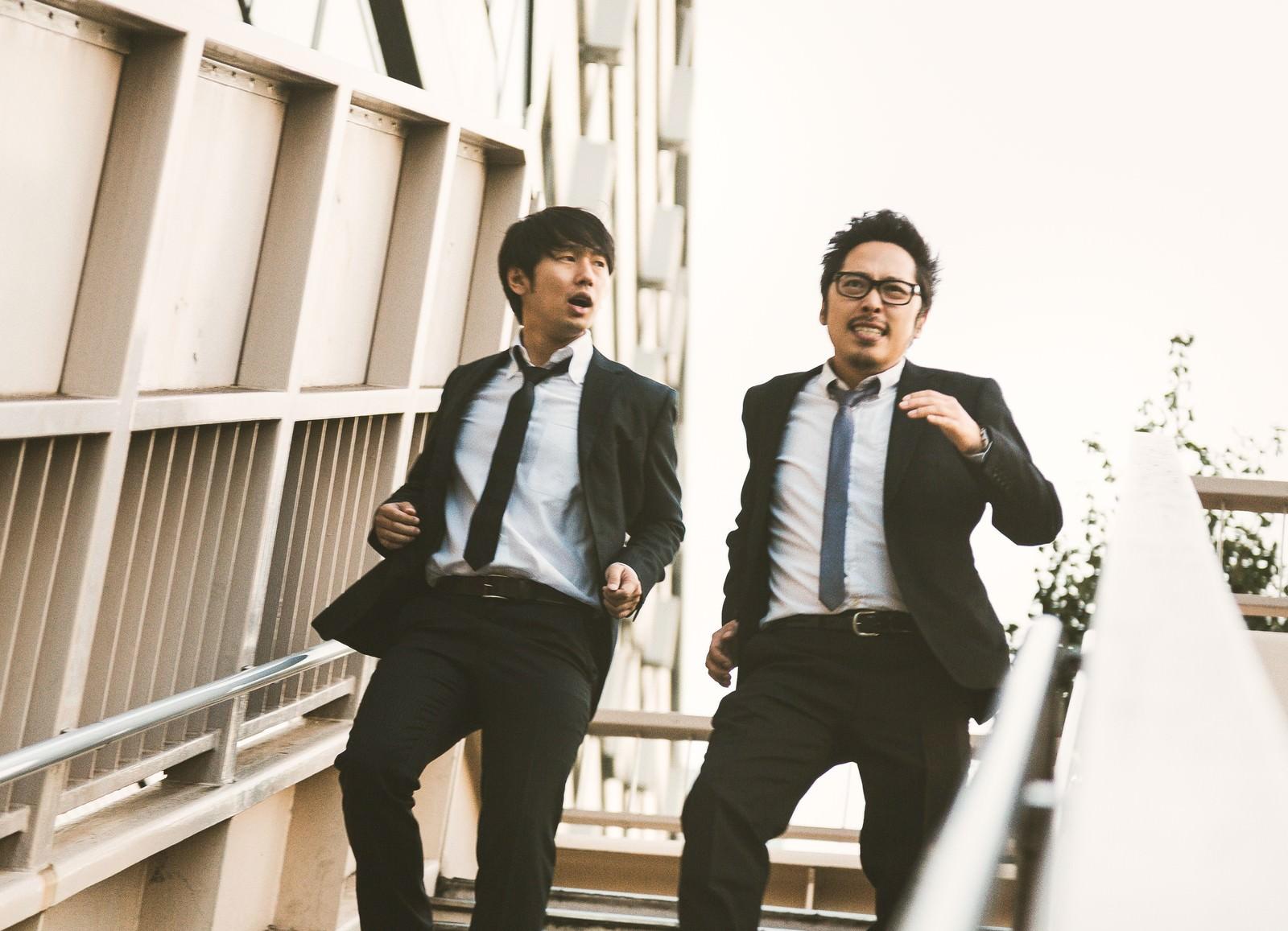 「健康のために階段を駆け下りるアラサー」の写真[モデル:ゆうせい 大川竜弥]