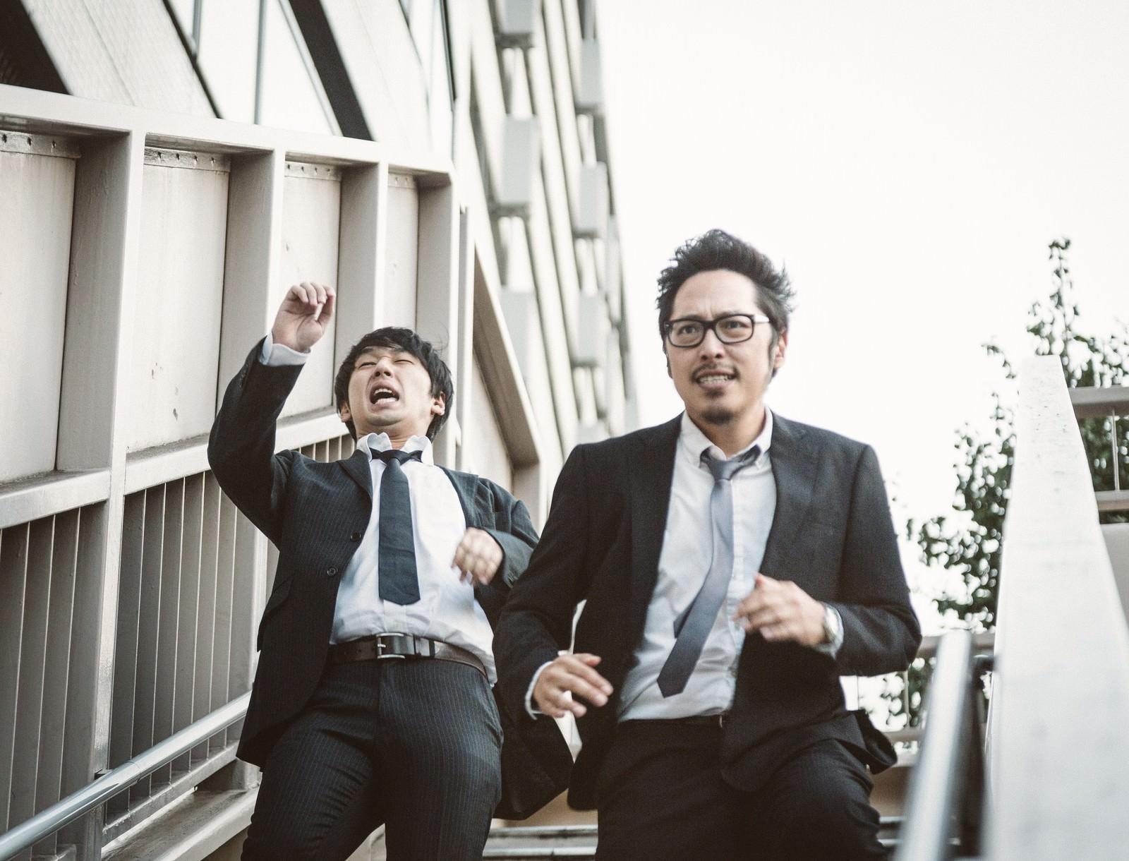 「歩道橋で階段落ちをする自称・現代の新選組」の写真[モデル:ゆうせい 大川竜弥]