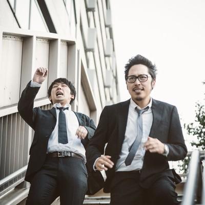 「歩道橋で階段落ちをする自称・現代の新選組」の写真素材