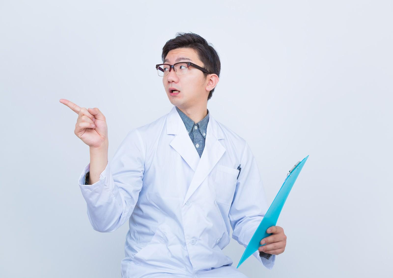 「「あの薬処方しといて」と指示する医者」の写真[モデル:OZPA]