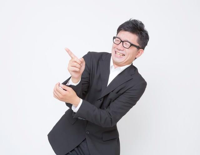 「面白い!」っと指さすビジネスマンの写真