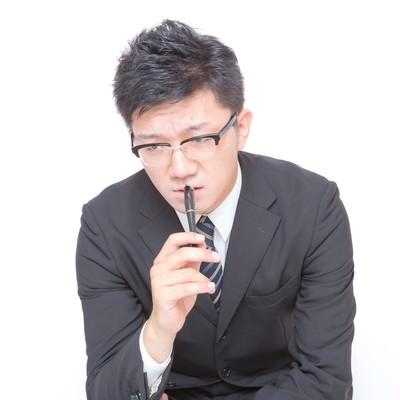 「鬼の形相で睨む(チェックする)ビジネスマン」の写真素材