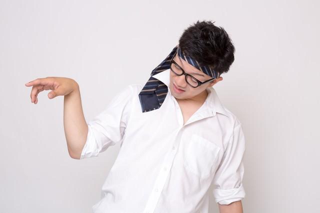 「ネクタイを頭に巻いた酔っ払い」のフリー写真素材