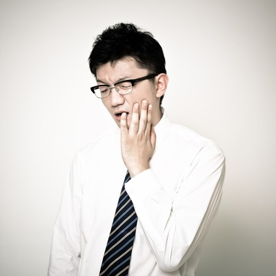 「虫歯が痛くて仕事にならないサラリーマン」の写真素材
