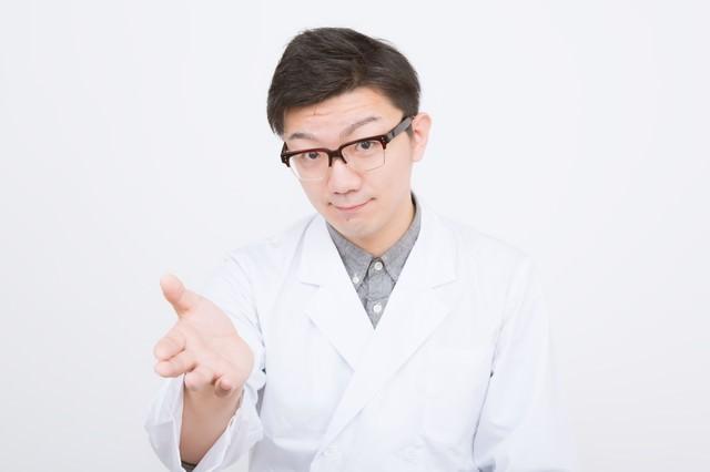 患者に提案する男性医師