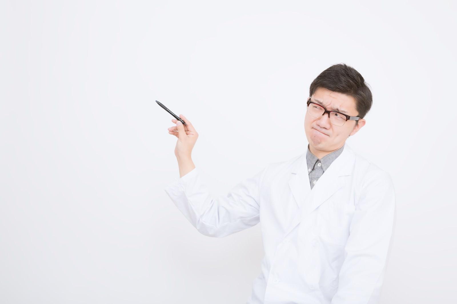 ここを改善したい」と険しい表情でカンファレンスする医師
