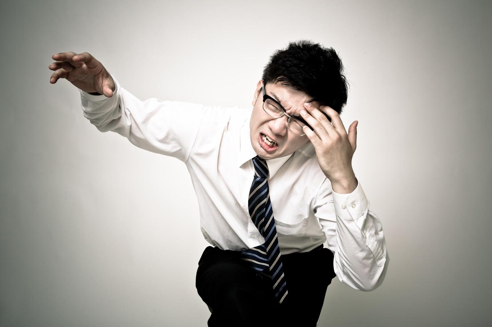 「頭痛が痛い会社員」の写真[モデル:OZPA]