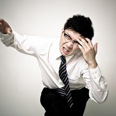 「頭痛が痛い会社員」の写真素材