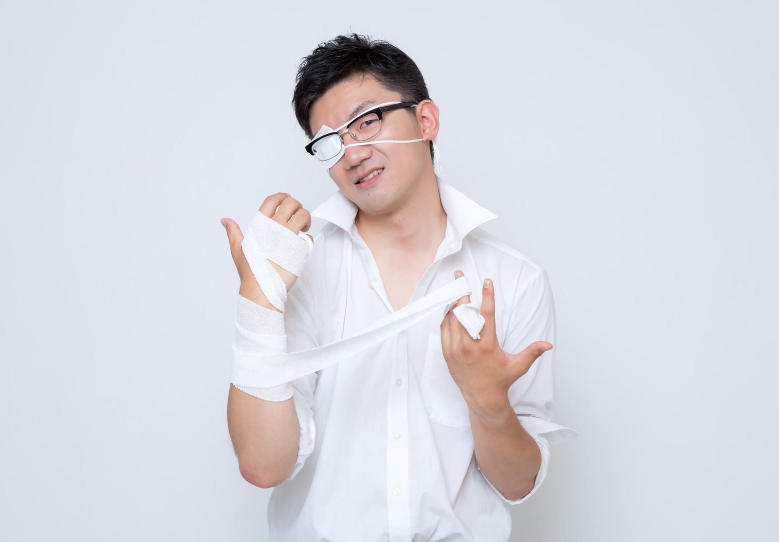 「「さて、ここからが俺のターンだ・・・」黒龍が封印されし右腕の包帯を解く会社員」の写真[モデル:OZPA]