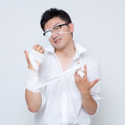 「「さて、ここからが俺のターンだ・・・」黒龍が封印されし右腕の包帯を解く会社員」の写真素材