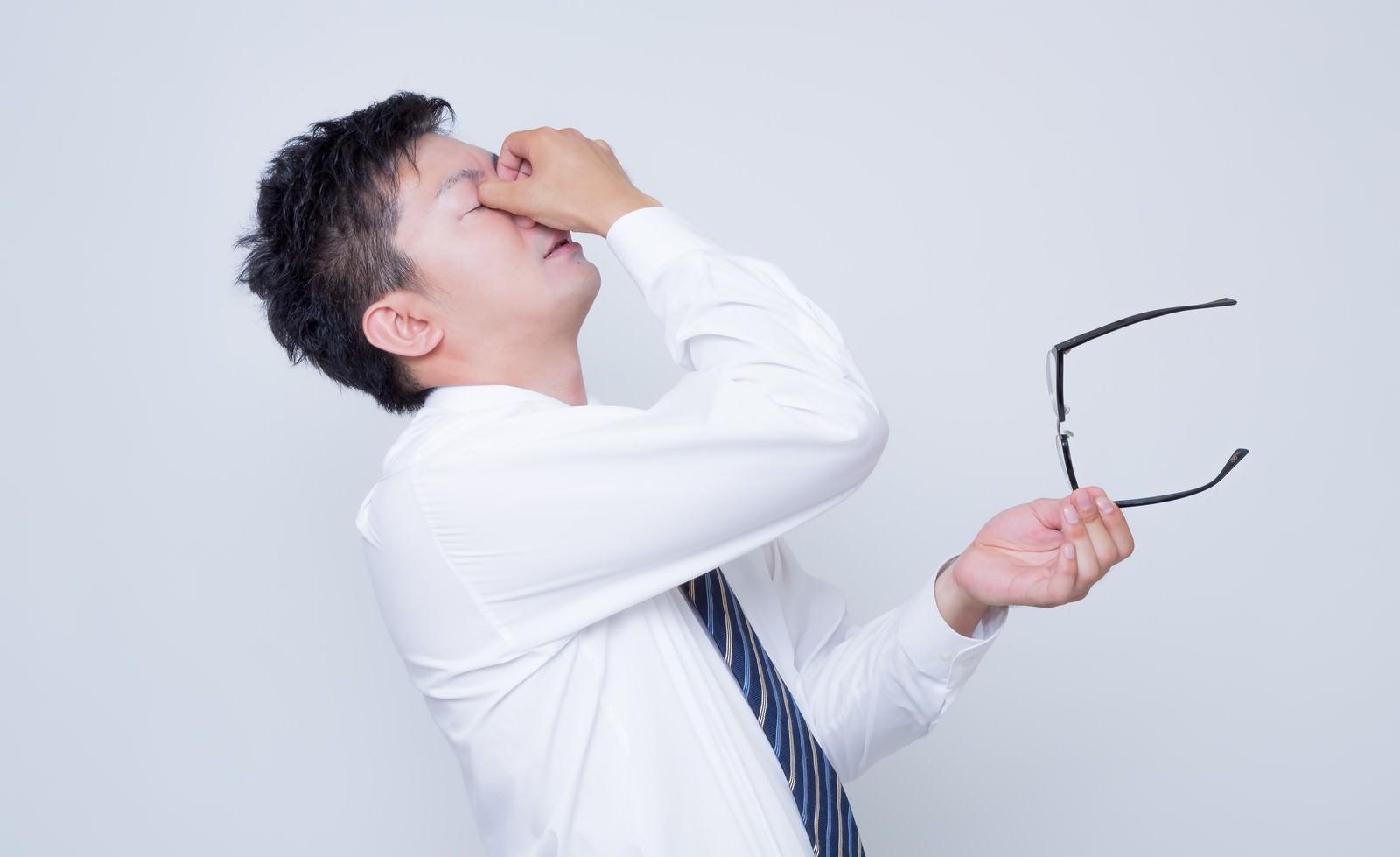 「眼球疲労で目をおさえるビジネスマン眼球疲労で目をおさえるビジネスマン」[モデル:OZPA]のフリー写真素材を拡大