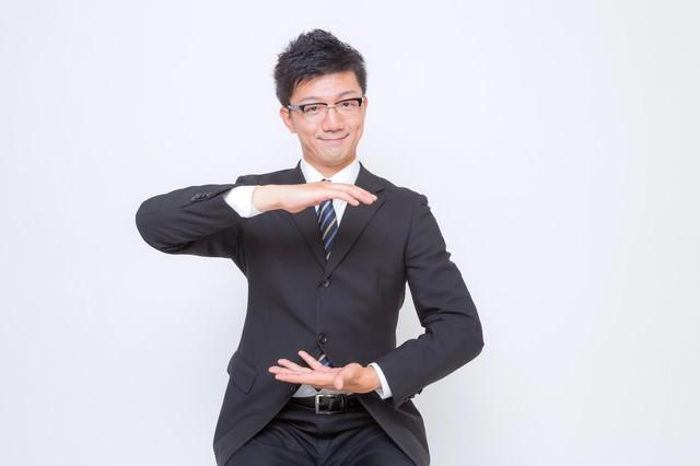空間を提案するビジネスマン