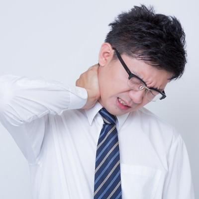 「首を寝違えたビジネスマン」の写真素材