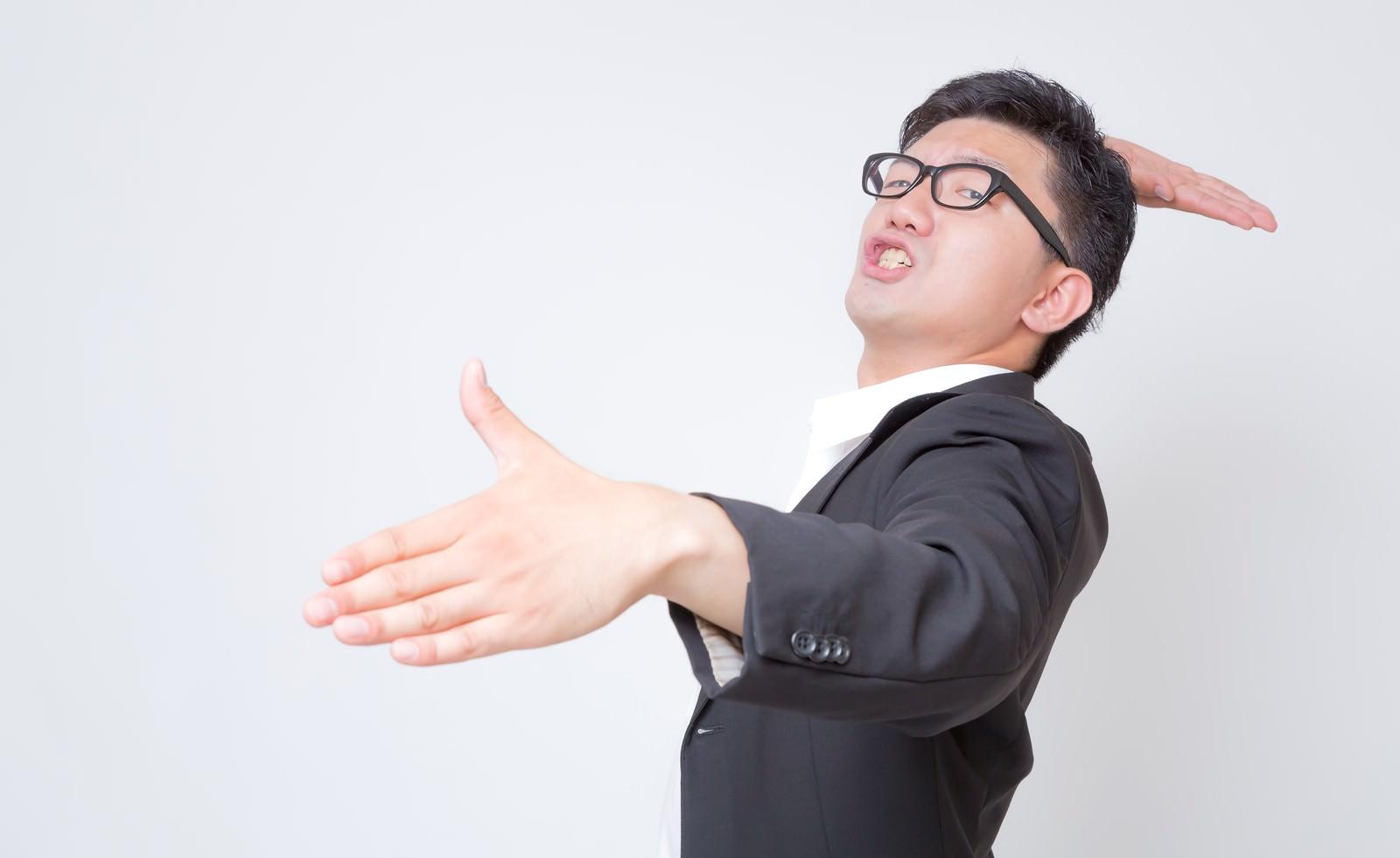 「究極生物と戦うビジネスマン」の写真[モデル:OZPA]
