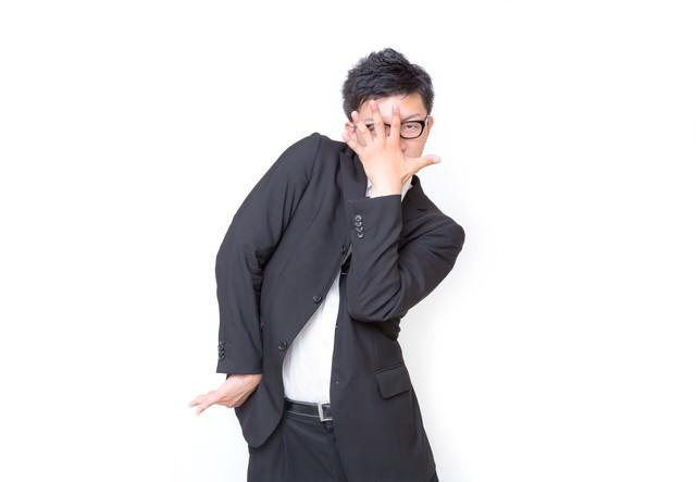 クラッカーで遊ぶ男性の写真