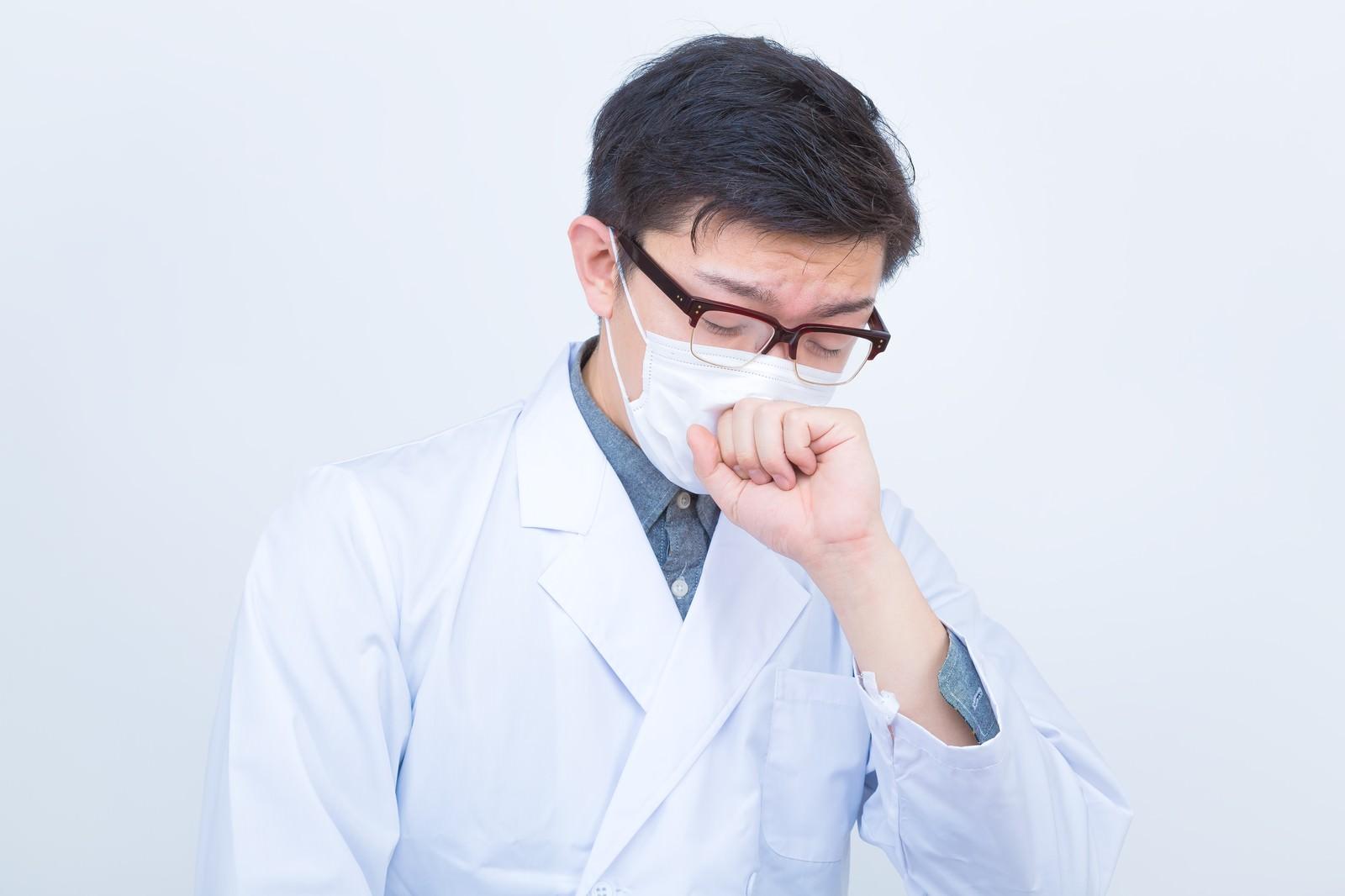 「ドクターの不養生(咳をする)」の写真[モデル:OZPA]