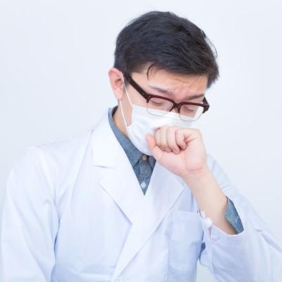 「ドクターの不養生(咳をする)」の写真素材