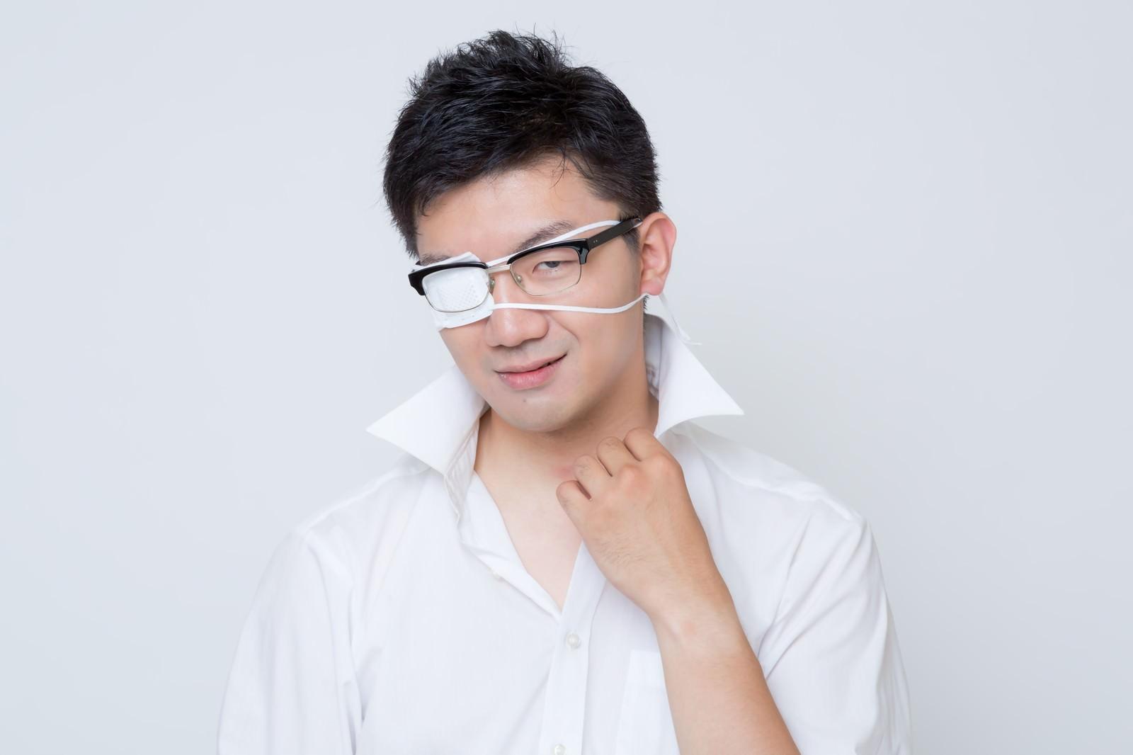 「「フッ・・それがお前の100%か・・・」と余裕を見せる眼帯をした会社員」の写真[モデル:OZPA]