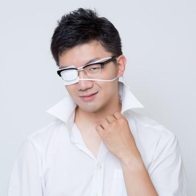 「「フッ・・それがお前の100%か・・・」と余裕を見せる眼帯をした会社員」の写真素材