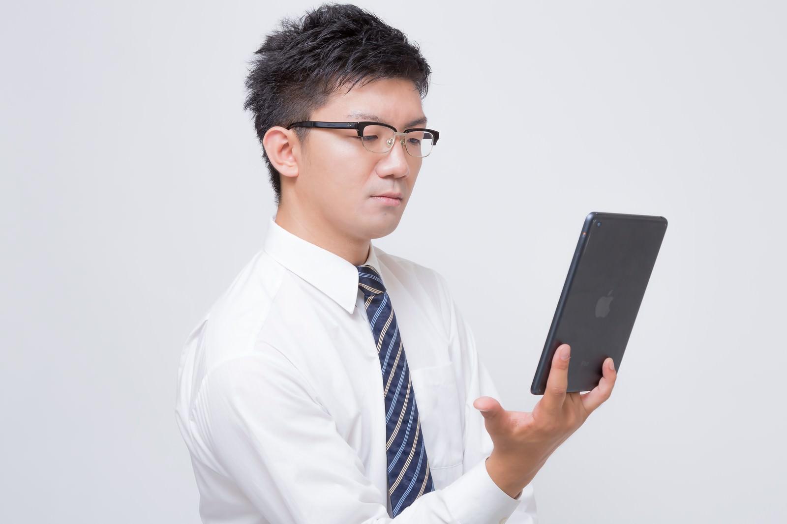 「iPad mini で電子書籍を読むビジネスマンiPad mini で電子書籍を読むビジネスマン」[モデル:OZPA]のフリー写真素材を拡大