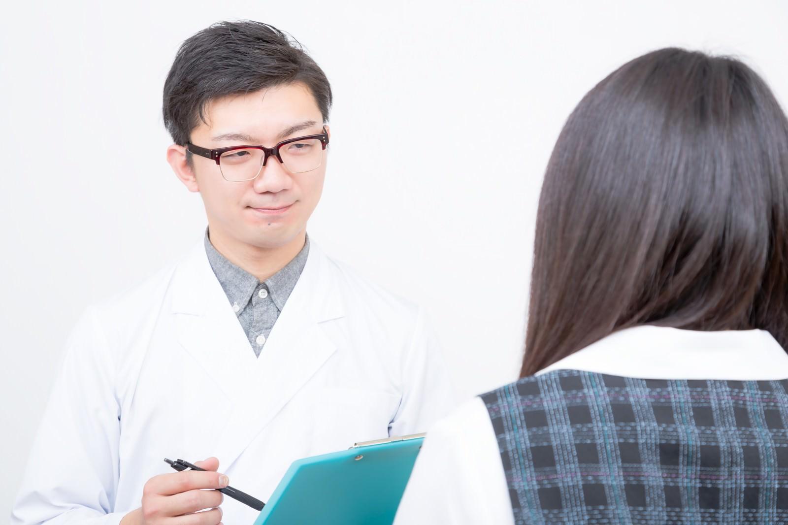 「女性を診察をする医師女性を診察をする医師」[モデル:OZPA Lala]のフリー写真素材を拡大