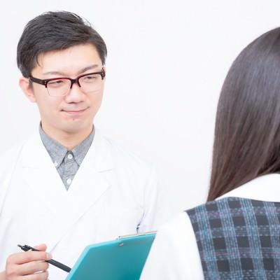「女性を診察をする医師」の写真素材