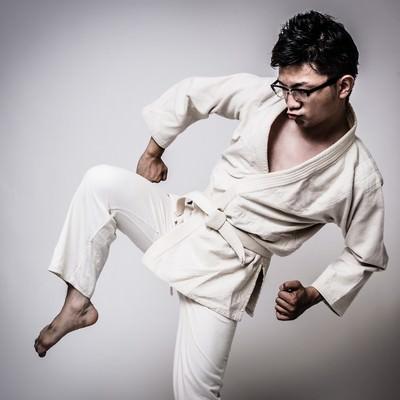 膝蹴りをきめる白帯の男性の写真