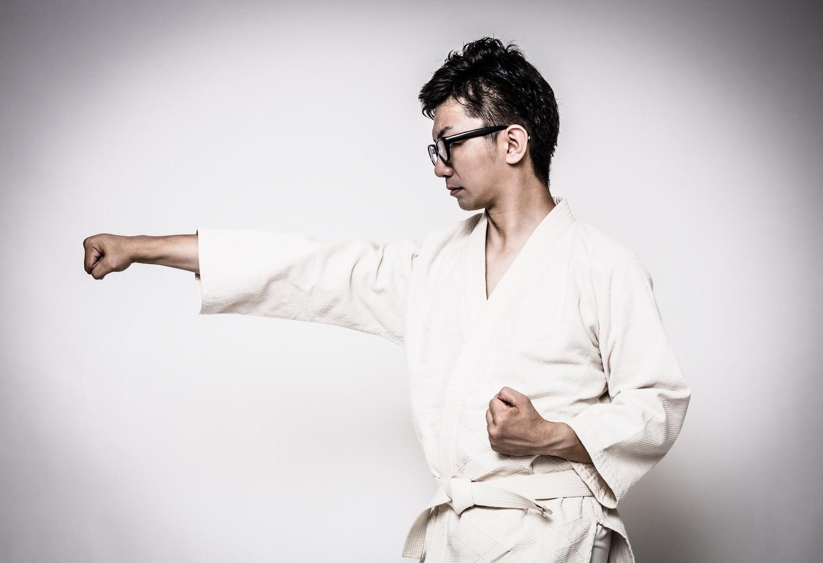 「道着姿で正拳突きを繰り返す男性」[モデル:OZPA]